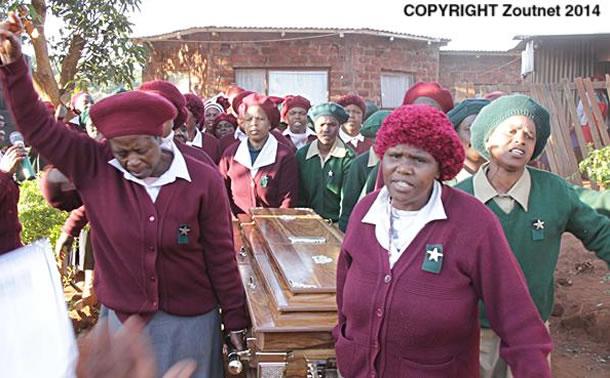 Na foto: Membros de igreja local carregam o caixão de Brenda Ndobe. Créditos: Zoutnet.