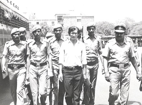 Na foto: O serial killer Charles Sobhraj escoltado por policiais indianos após ser preso por assassinato. Créditos: Hindustan Times.