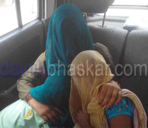 Na foto: A esposa e filha do serial killer Surinder Koli após encontro com o serial killer na prisão. Créditos: Dainik Bhaskar.