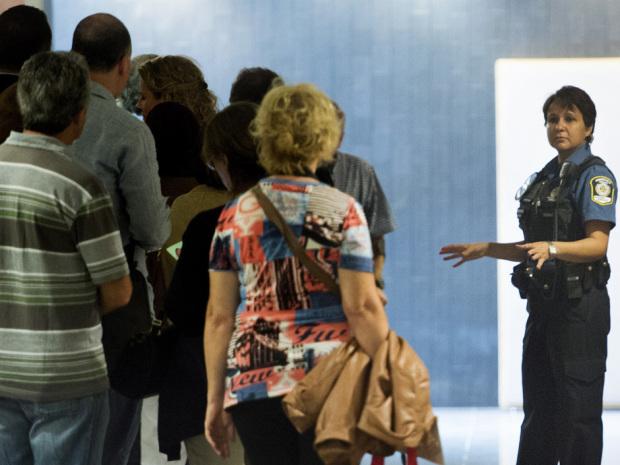 Na foto: Potenciais jurados são instruídos por uma policial judiciária durante seleção do júri para o julgamento de Luka Magnotta. Data: 8 de Setembro de 2014. Créditos: The Canadian Press/Graham Hughes.