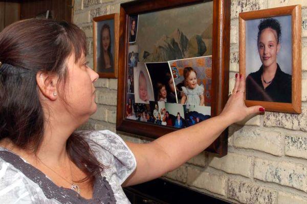 Na foto: Lynn Barthelemy olha para uma fotografia de sua filha, Melissa, cujo corpo foi encontrado em Gilgo Beach em 9 de Dezembro de 2010. Créditos: T. J. Sloan Studios.