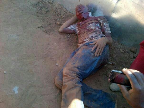 Na foto: Suposto serial killer de Mamelodi após ser atacado por uma multidão enfurecida. Créditos: