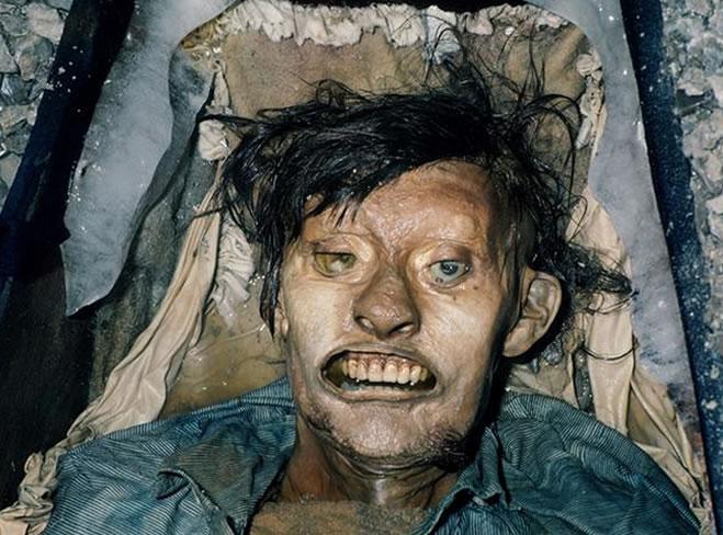 Na foto: Em 1984 o corpo do marinheiro Thomas Hartnell foi desenterrado do ártico canadense em perfeitas condições. Créditos: Kent Online.