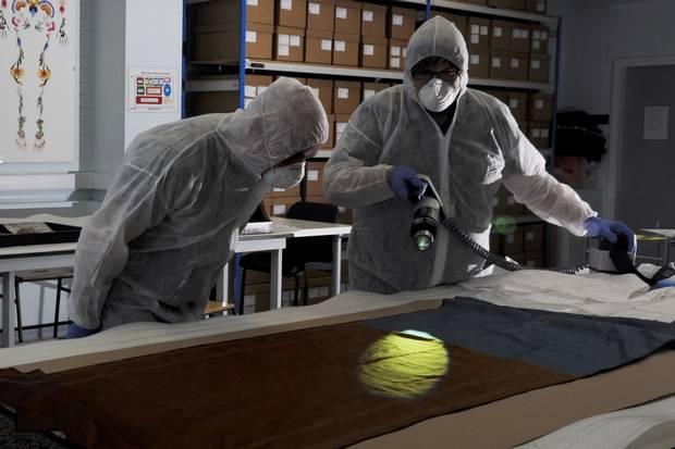 Na foto: Russell Edwards (esquerda) e o Dr. Jari Louhelainen analisam o xale supostamente encontrado ao lado de Catherine Eddowes, uma das vítimas de Jack, o Estripador. Créditos: PA.