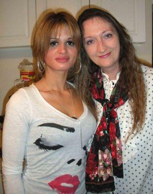 Na foto: Shannan Gilbert e sua mãe Mari. Desaparecida em Maio de 2010, em sua busca a polícia encontrou o cemitério de um serial killer. Apesar de sua morte ter sido classificada como acidental, sua família acredita que ela pode ter sido uma das vítimas do serial killer de Long Island. Créditos: Newsday.