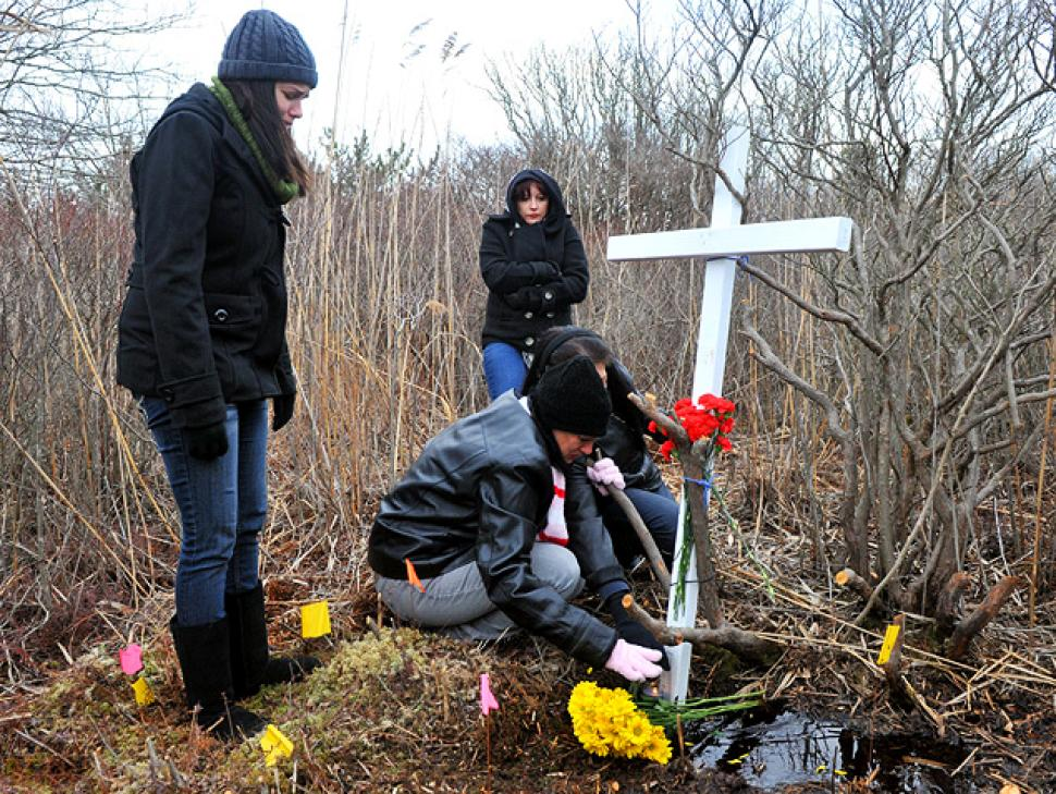 Na foto: Familiares de Shannan Gilbert prestam homenagens no local onde os restos mortais da jovem foram encontrados. Créditos:  New York Daily News.