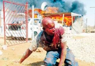 """Muita sorte! Na foto o homem atacado por uma multidão enfurecida no dia 9 de Setembro em Mamelodi, Pretória. O homem foi acusado por populares de ser o serial killer que vem matando mulheres na região. """"Saia do barraco, seu covarde! Em vez de brigar com homens, você pega inocentes mulheres que não podem lutar com você!"""", gritavam os populares. Créditos: Africa News Network."""