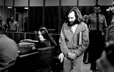 Na foto: Susan Atkins e Charles Manson durante julgamento dos assassinatos Tate-LaBianca. Data: 1970. Créditos: AP.