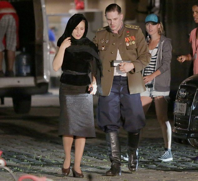 Na foto: Os atores Tom Hardy e Noomi Rapace durante as filmagens de Child 44 em Praga, República Tcheca. Créditos: Daily Mail.