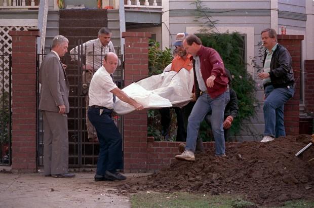 Na foto: Polícia de Sacramento removem o sétimo corpo desenterrado do jardim da serial killer Dorothea Puente. Data: 14 de Novembro de 1988. Puente foi condenada em 26 de Agosto de 1993 por matar pelo menos três de seus inquilinos e ficar com seus cheques do seguro social. Créditos: Associated Press.