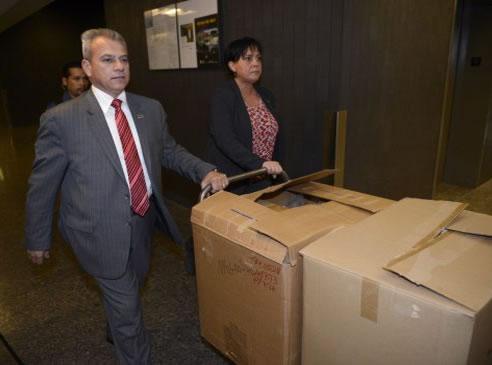 Na foto: Policiais chegam para o julgamento com caixas contendo centenas de evidências do assassinato de Lin Jun. Créditos: RYAN REMIORZ / THE CANADIAN PRESS