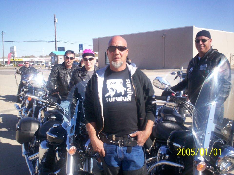 Na foto: Charlie Otero e seus amigos motociclistas. Créditos: Facebook.