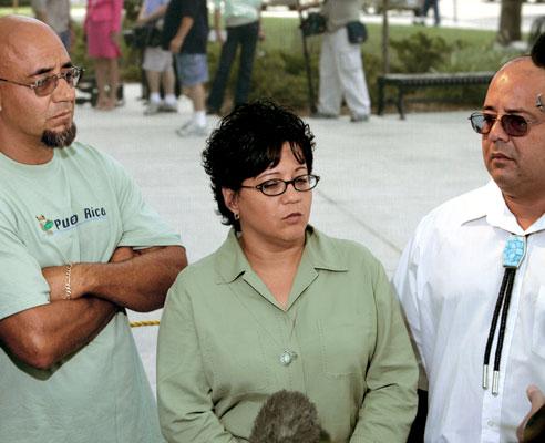 Na foto: Charlie Otero e sua irmão mais nova Carmen durante julgamento de Dennis Rader. Créditos: AP.