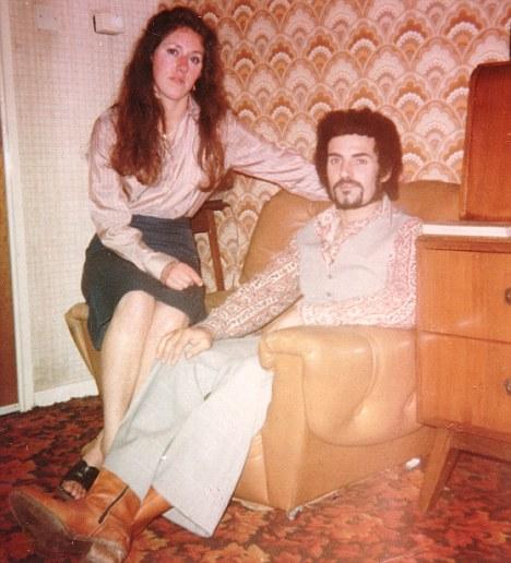 Na foto: O serial killer de prostitutas Peter Sutcliffe e sua esposa Sonia. Reprodução Internet.