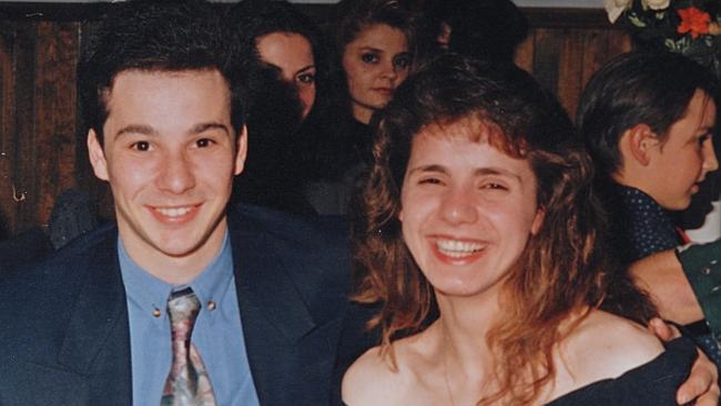 Na foto: Angelo Georgievski e sua noiva Mersina Halvagis, fotografados cerca de um ano antes dela ser assassinada. Créditos: Herald Sun.