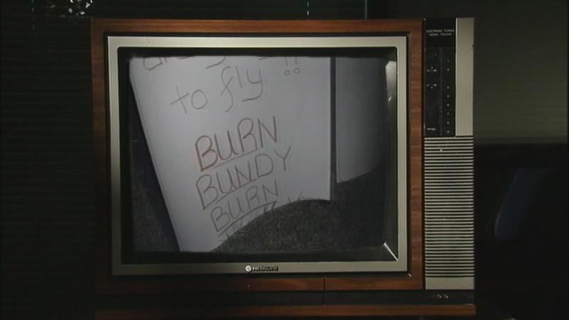 """Na foto: Cartaz com a frase """"Frite Bundy Frite"""" é mostrada numa reportagem de TV da época. Créditos: My Fox Tampa Bay."""