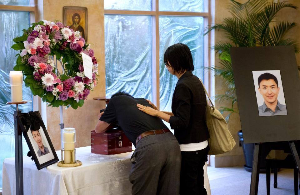 Na foto: Daran Lin chora sobre os restos mortais de seu filho Jun Lin, morto e esquartejado pelo ex-modelo e ator pornô Luka Rocco Magnotta. Créditos: CTV News.