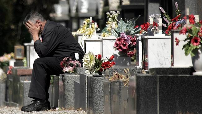 Na foto: George Halvagis no túmulo onde sua filha Mersina foi morta. Créditos: Herald Sun.