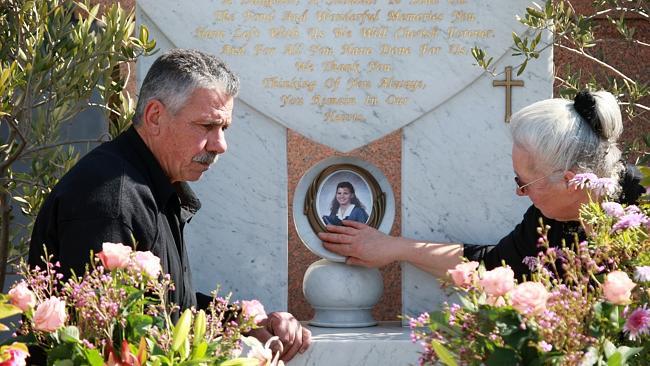 Na foto: George e Christina Halvagis no túmulo da filha. Créditos: Herald Sun.