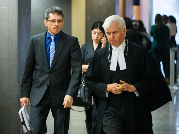 Na foto: O psiquiatra Joel Watts, à esquerda, e o advogado de Luka Magnotta Luc Leclar, à direita, durante um intervalo do julgamento. Créditos: Dario Ayala. National Post.