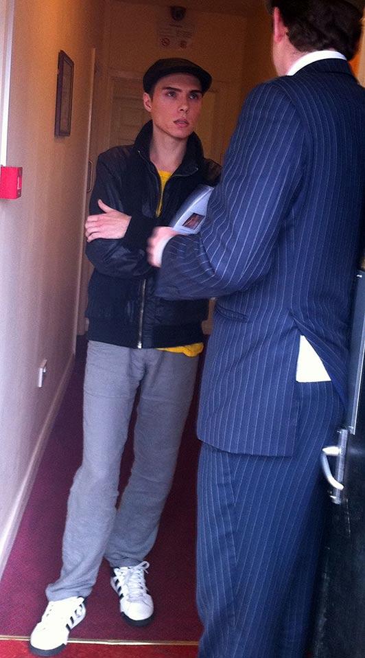 Na foto: O jornalista Alex West confronta Luka Magnotta num hotel em Londres a respeito de vídeos postados na Internet que mostravam gatinhos sendo mortos por um homem parecido com o ex-ator pornô. Créditos: The Sun.