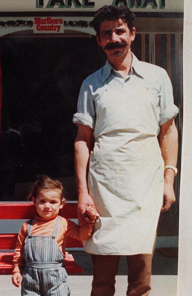 Na foto? Mersina Halvagis, 4, com seu pai George Halvagis, do lado de fora da loja da família em Warracknabeal, em 1987. Créditos: Herald Sun.