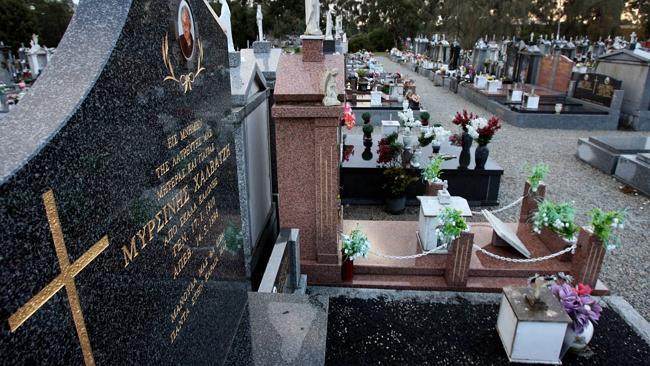 Na foto: O túmulo onde Dupas atacou Mersina. Créditos: Herald Sun.