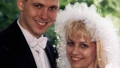 Na foto: Um conto de fadas? O casal de serial killers Paul Bernardo e Karla Homolka no dia do casamento do casal. Reprodução Internet.