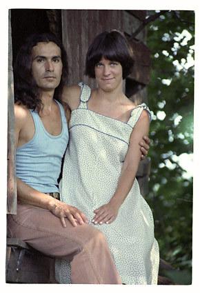 Na foto: O serial killer Rodney Alcala e uma mulher não identificada. Fotografia é uma das centenas encontradas em seu armário.