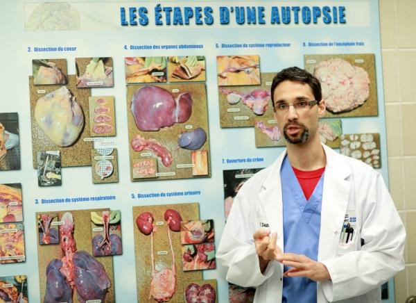 Na foto: O médico patologista Yann Daze. Créditos: Le Devoir.