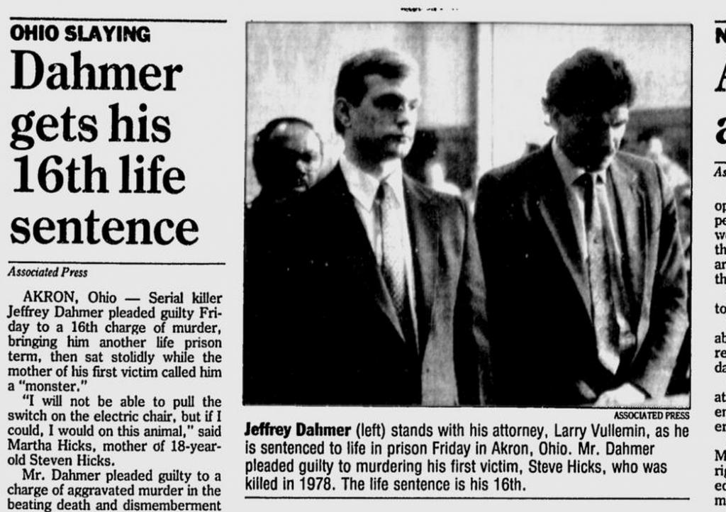 Na foto: Reportagem do Star News, de 2 de Maio de 1992, mostra o serial killer Jeffrey Dahmer em um tribunal de Ohio durante seu julgamento pelo assassinato de Steven Hicks. Ao seu lado, o advogado Larry Vullemin, que o representou em Ohio.