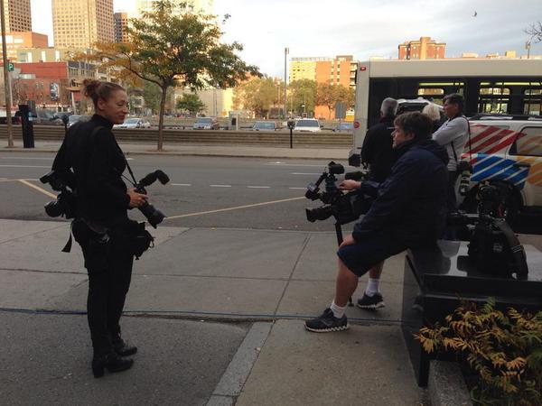 Na foto: Jornalistas aguardam do lado de fora do tribunal a chegada da van carregando Luka Magnotta. Créditos: Global News.