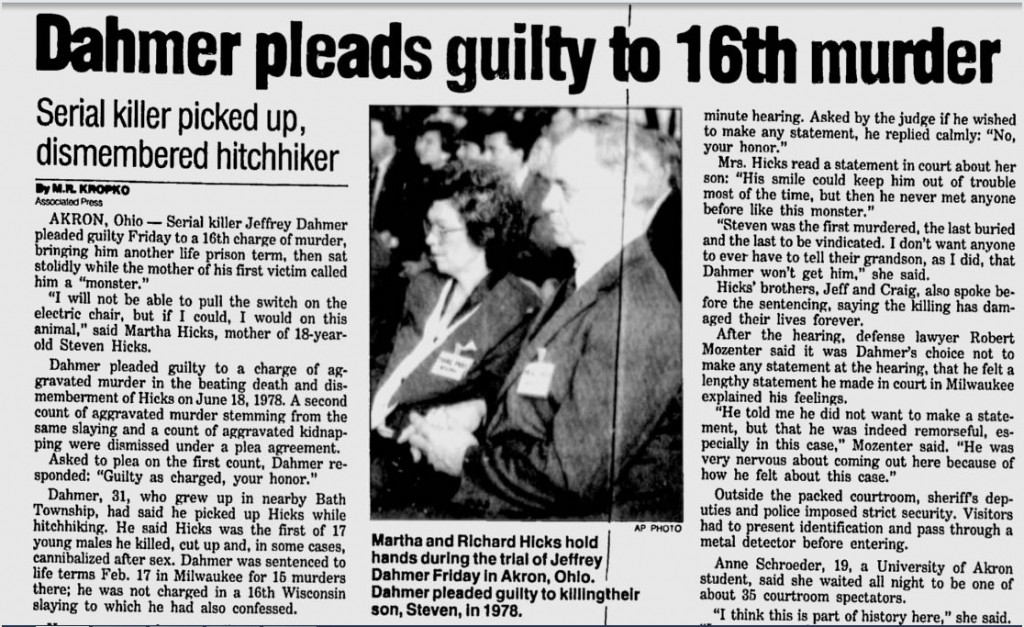 Na foto: Reportagem do Herald Sun, de 2 de Maio de 1992, mostra os pais de Steven Hicks, Martha e Richard, de mãos dadas enquanto Dahmer recebe a décima sexta perpétua.