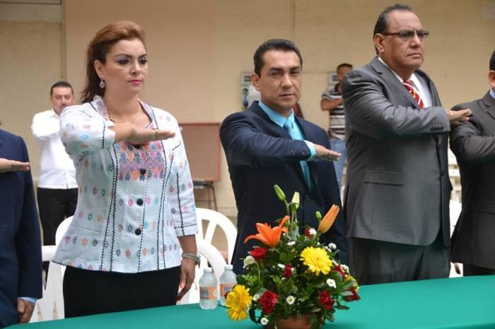 José Luis Abarca e sua mulher Maria de los Ángeles Pireda Villa, fazendo o juramento quando José Luis tomou posse como prefeito de Iguala. Foto: Sipse.