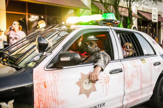 Bryan Miller em sua viatura policial não oficial patrulhando as ruas do Arizona em busca de zumbis. Foto: Facebook.