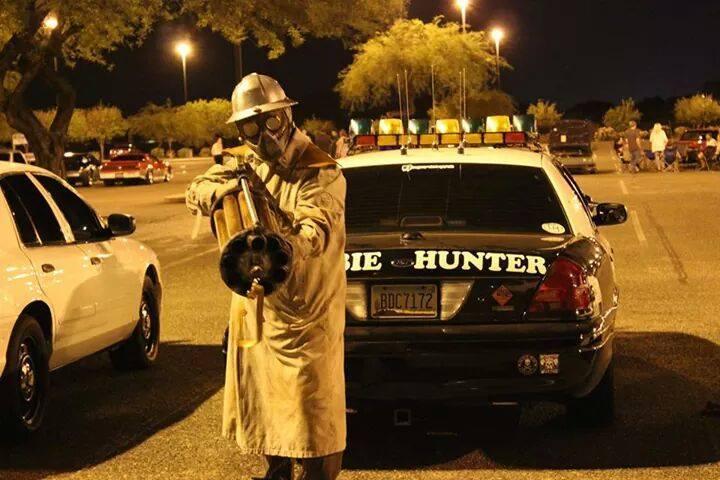 """Bryan Miller e seu alter ego """"caçador de zumbi"""" patrulhava as ruas de Phoenix em busca de criaturas comedoras de cérebros. Foto: Facebook."""