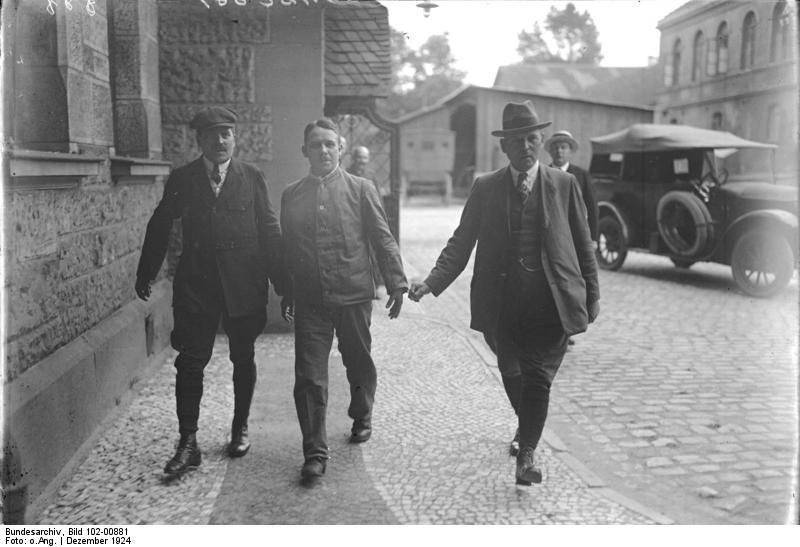 Fritz Haarmann caminha para o seu julgamento em Dezembro de 1924. Foto: Bundesarchiv Bild.