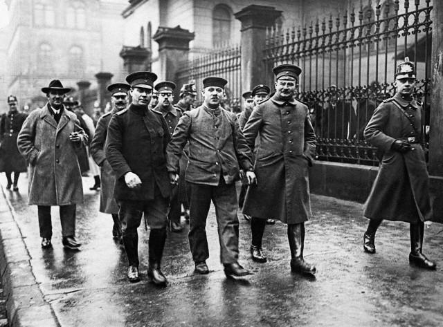 O serial killer Fritz Haarmann fortemente escoltado da cadeia até o tribunal para o seu julgamento. Data: 31 de Dezembro de 1924. Berlin, Alemanha. Foto: © Bettmann/CORBIS.