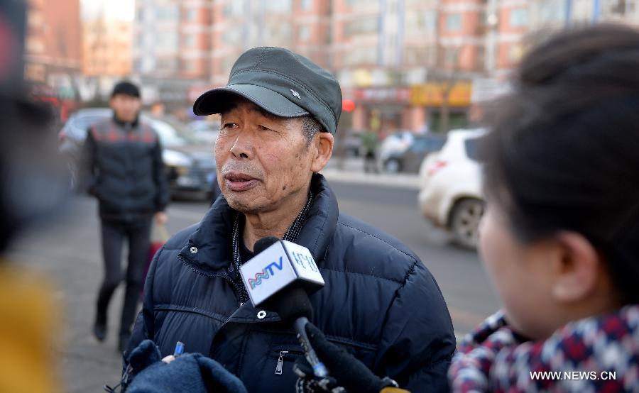 Li Sanren, pai de Huugjilt, sendo entrevistado após o julgamento do homem que arruinou a vida de seu filho. Créditos: Xinhuanet.
