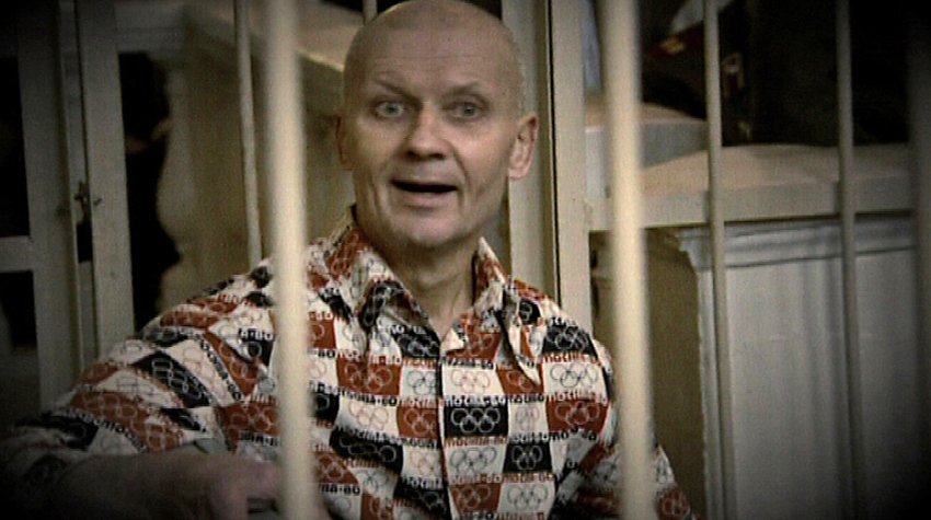 O serial killer Andrei Chikatilo enjaulado durante o seu julgamento. Ele foi condenado à morte e executado em 14 de Fevereiro de 1990.