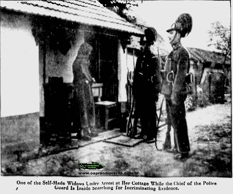 Uma das criadoras de víuvas sendo presa em sua casa de campo enquanto o chefe de polícia está dentro procurando por evidências incriminadoras. Foto: The Milwaukee Sentinel, 23 de Novembro de 1929.