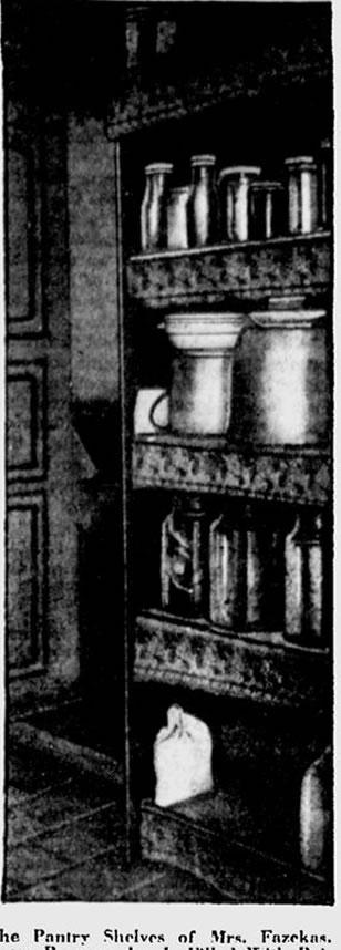 As prateleiras da despensa da Sra. Fazekas, cada frasco preservado está preenchido com conservas envenenadas. Estes a mulher miserável vendia a preços altos para mulheres que queriam se livrar de seus maridos, pais e mães. The Milwaukee Sentinel, 23 de Novembro de 1929.
