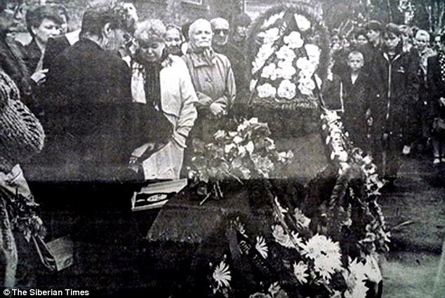 O enterro das amigas Lyzhina e Pashkovskaya em 8 de Junho de 2000. Foto: The Siberian Times.