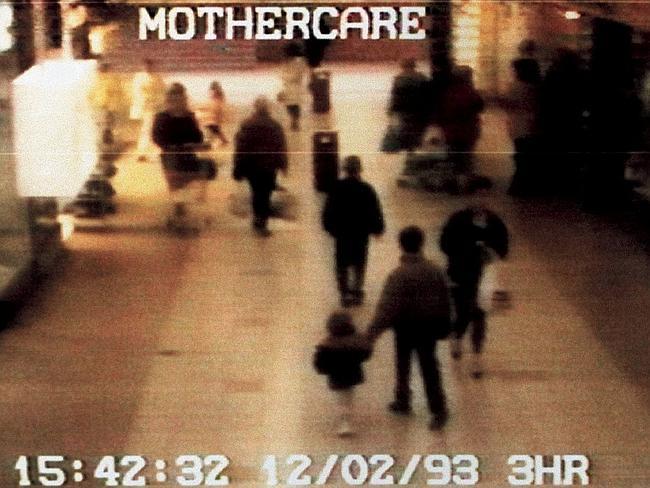 Imagens de câmeras de segurança flagram Jon Venables levando o pequeno James Bulger para a morte. À frente caminha Robert Thompson. Foto: Corbis.