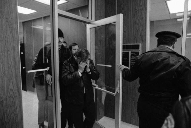 John Wayne Gacy, 36, agressor sexual condenado que gostava de vestir uma fantasia de palhaço em festas infantis, cobre seu rosto ao sair do tribunal em 23 de Dezembro de 1978 após ser acusado do assassinato de um adolescente. A polícia logo descobriria um cemitério debaixo de sua casa. Foto: © Bettmann/CORBIS.