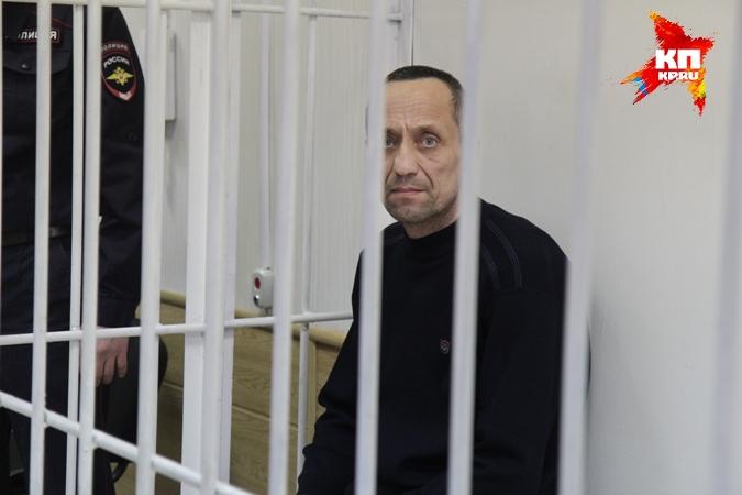 O policial serila killer Mikhail Popkov durante seu julgamento por assassinatos em série. Sua onda de matança foi facilitada pois o policial sabia das investigações de colegas dos seus assassinatos, indo a cada cena de crime e habilmente desviando o foco. Foto: KP.ru.
