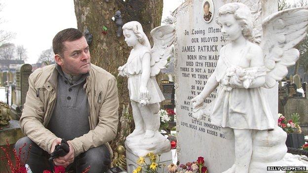 Ralph Bulger, pai de James Bulger, ao lado do túmulo de seu filho. A morte de James acabou com o casamento de Ralph e Denise, mãe de James.