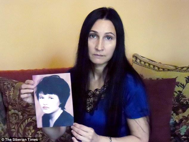 Viktoria Chagaeva segura uma foto da irmã Tanya Martynova, morta aos 20 anos em 1998, quando voltava de um show com uma amiga. Foto: The Siberian Times.