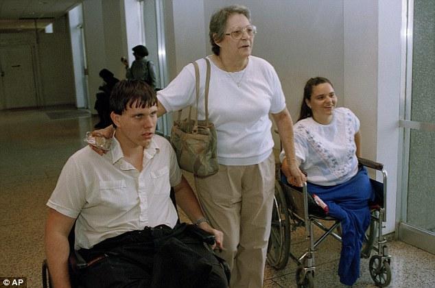 Mary Teresa Stiles, ao centro, acompanhada pelos filhos Grady Stiles III e Cathy Stiles Berry, ao deixar o tribunal em Tampa, Flórida, em 18 de julho de 1994.