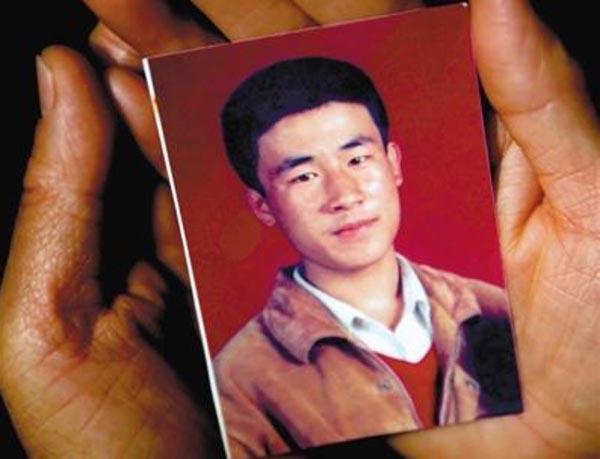 Na foto: o jovem identificado apenas como Huugjilt, que descobriu o corpo e foi acusado pelo crime.